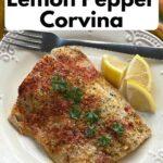 Pieczony filet rybny z cytrynową, pieprzową corviną na talerzu.
